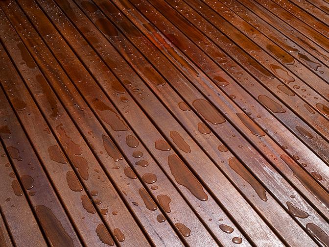 Plancher terrasse en bois teinture eau qui perle