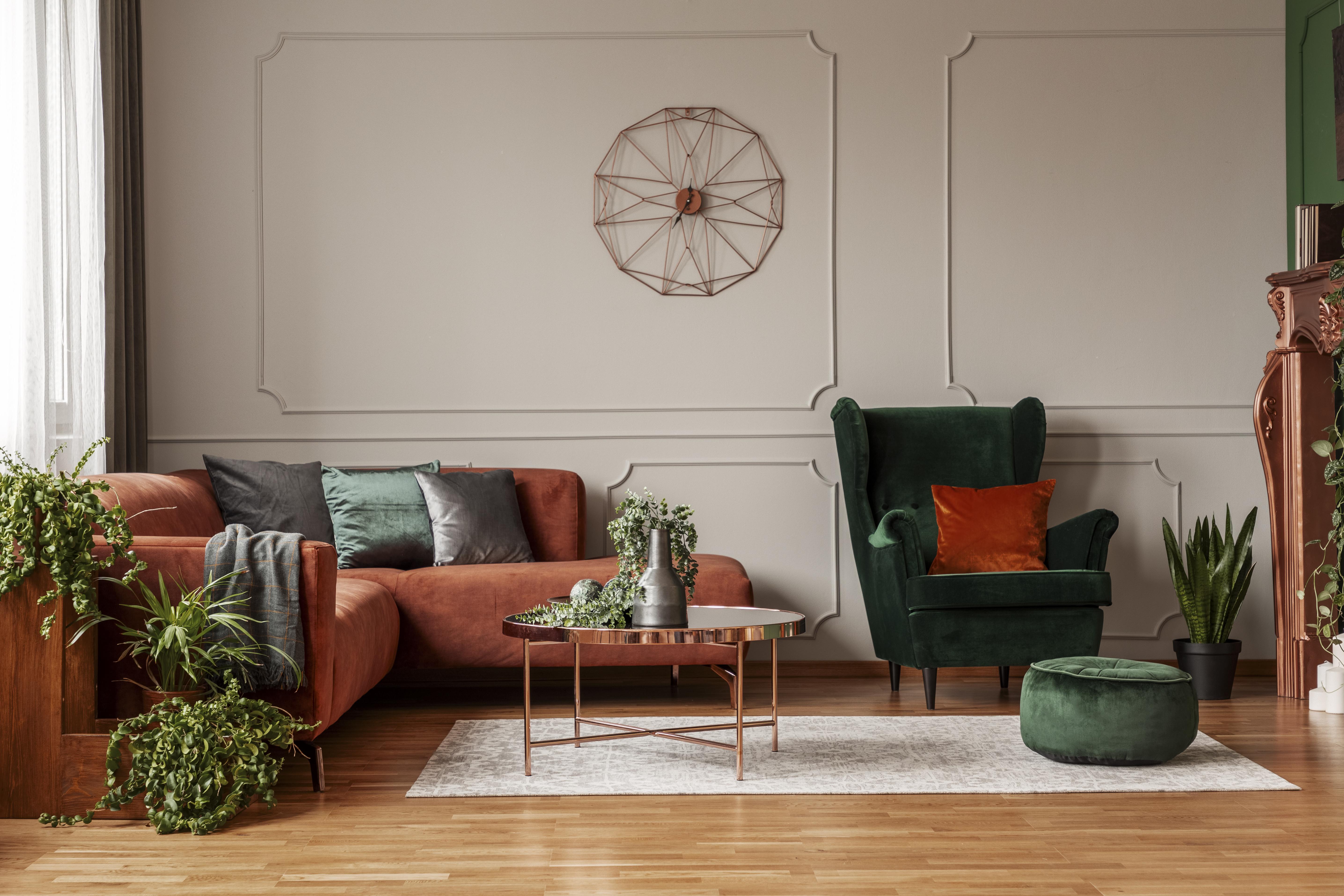 Salon tendance avec sofa en velour et peintures mf couleur tendance 2021