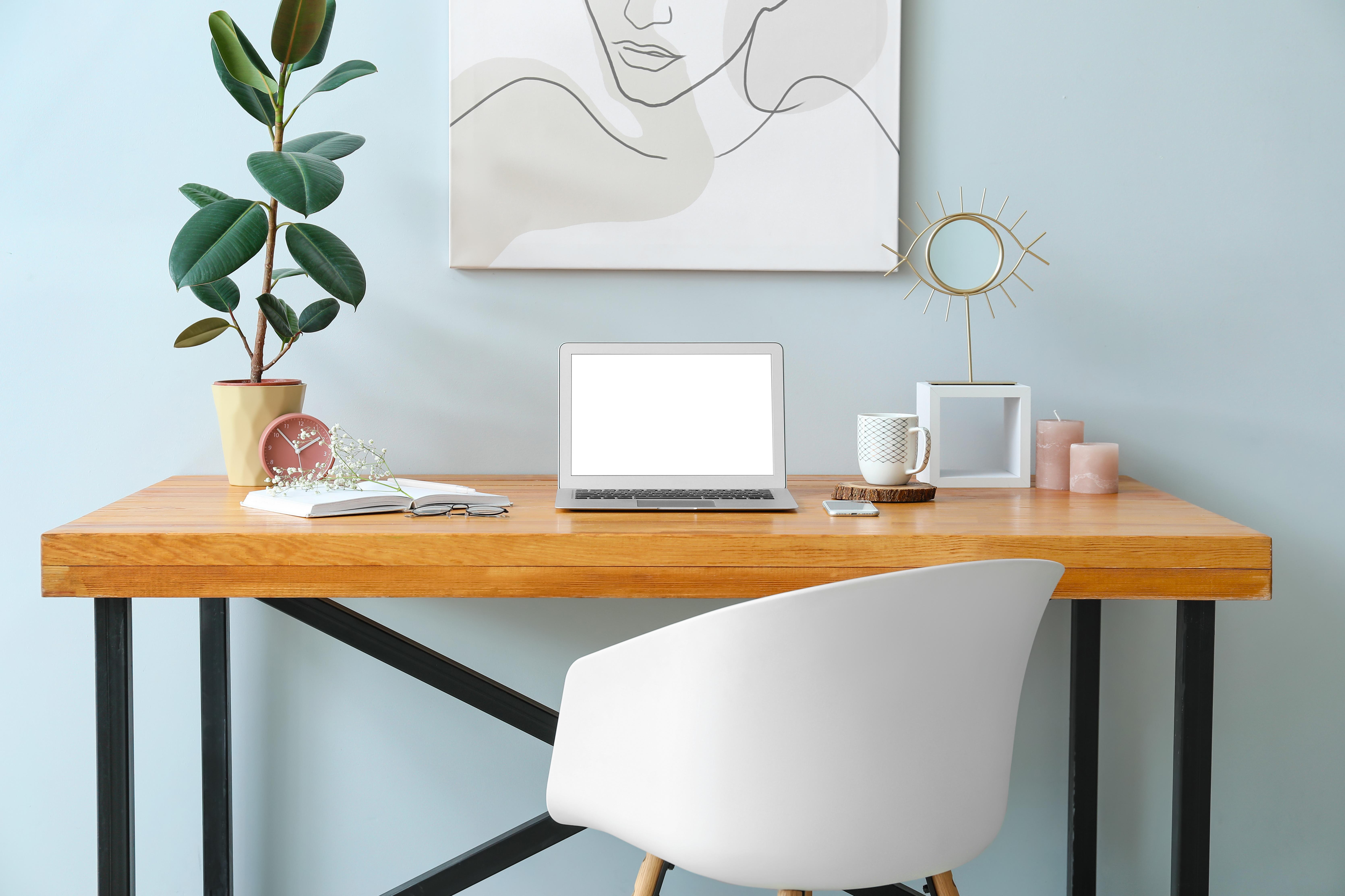 Bureau à la maison télétravail avec ordinateur moderne tendance bleu pâle peintures mf