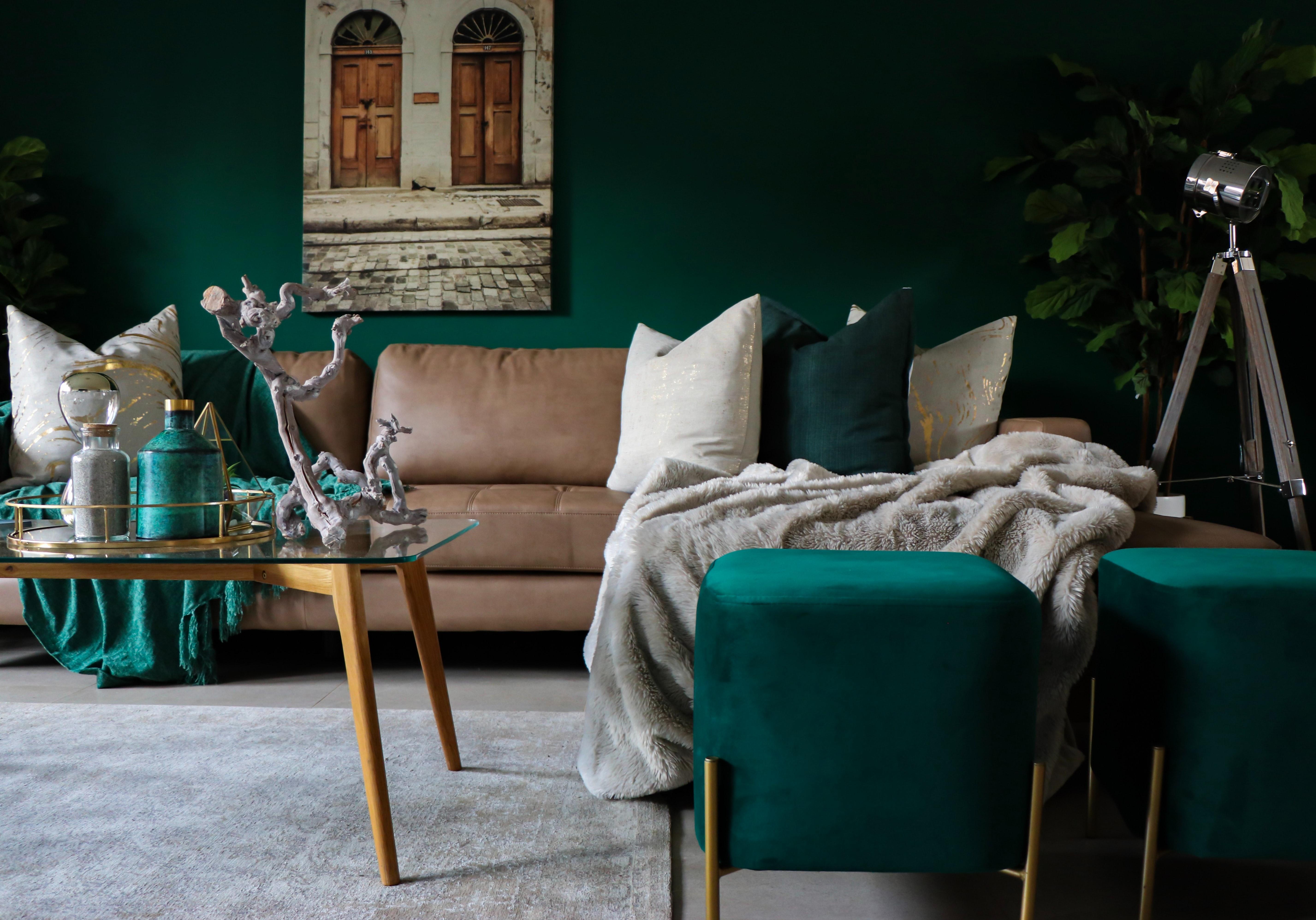 Salon vert profond pouf en velour decoration interieur